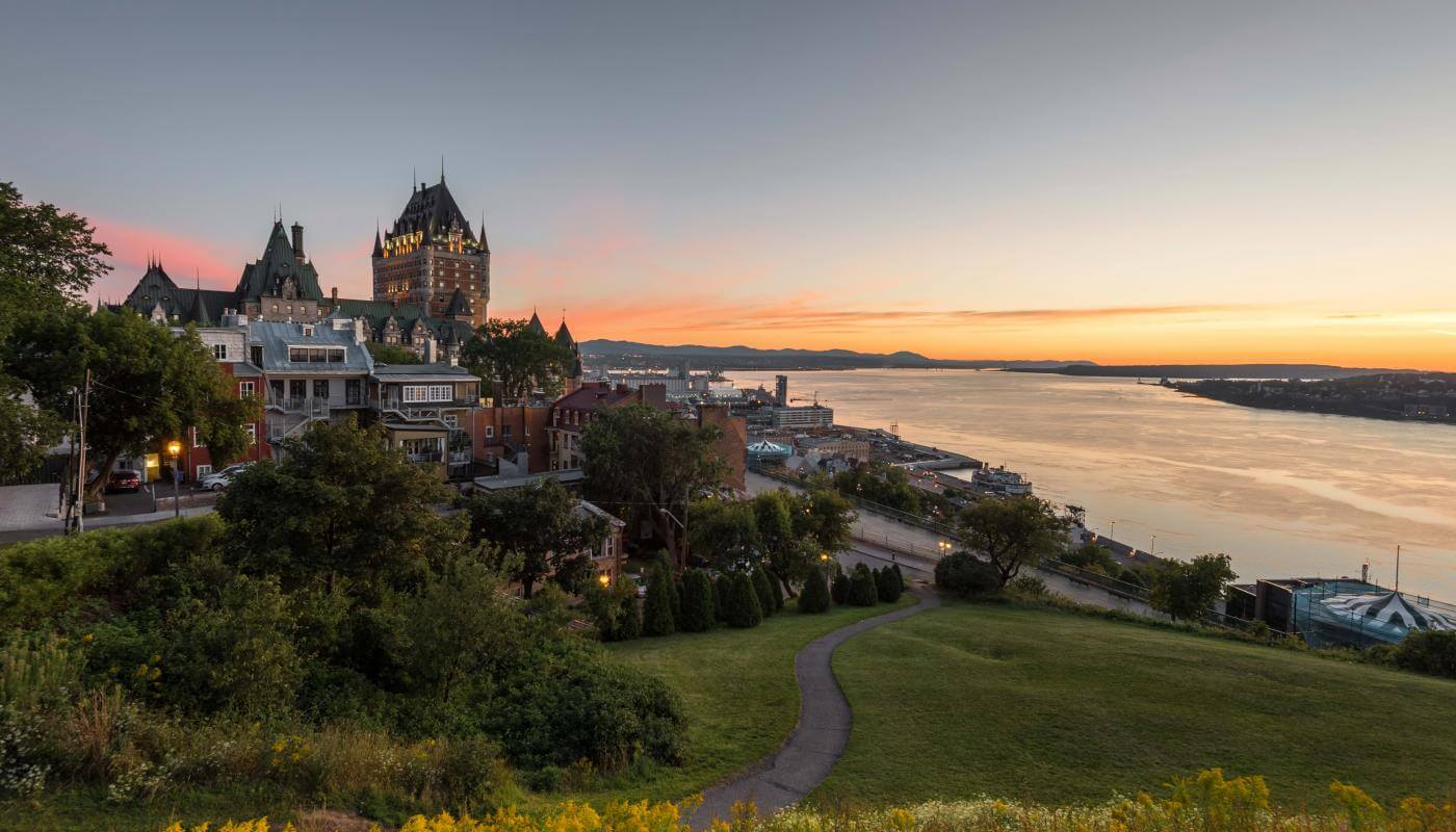 Sunrise near the Pierre-Dugua-De Mons terrace with a view of the Château Frontenac, the Old Port and the river.