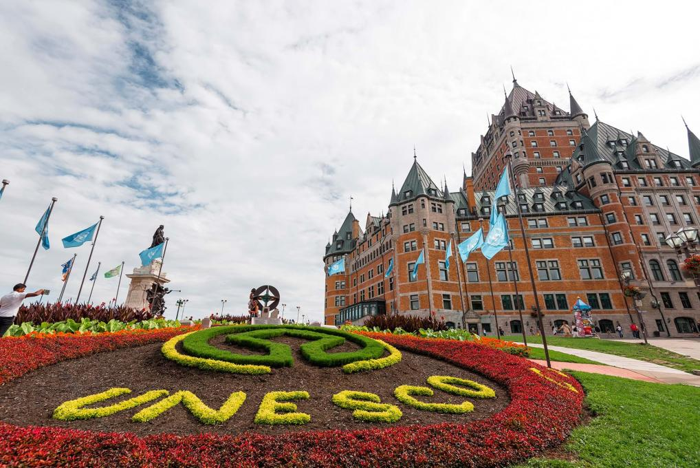 The Fairmont Le Château Frontenac Hotel and a flower bed representing UNESCO.
