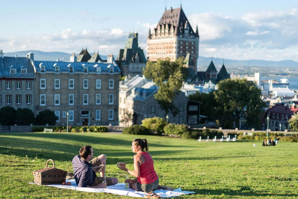 Couple picnic near the Pierre-Dugua-De Mons terrace, avenue Saint-Denis and Château Frontenac.