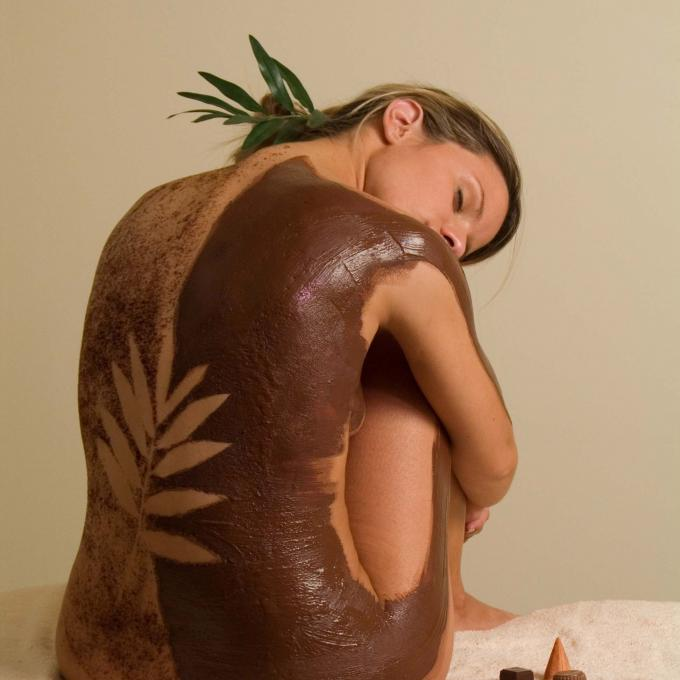 The back of a lady during a chocolate body care