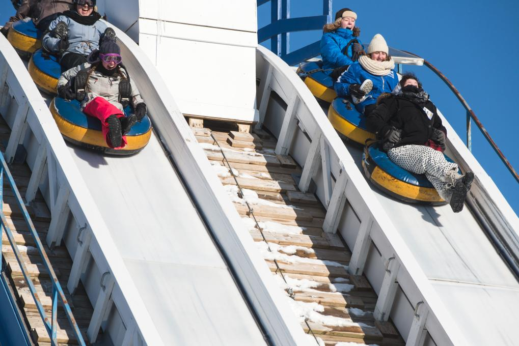 People at the top of the Everest slide in winter at Village Vacances Valcartier.