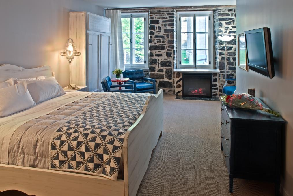 Junior suite 2 beds with fireplace at Auberge Place d'Armes