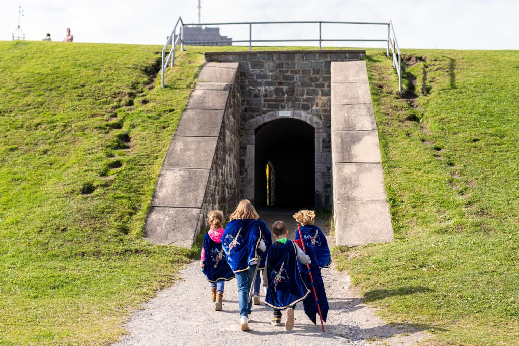 Children participate in the Speaking Walls Legend activity at the Fortifications-de-Québec National Historic Site.