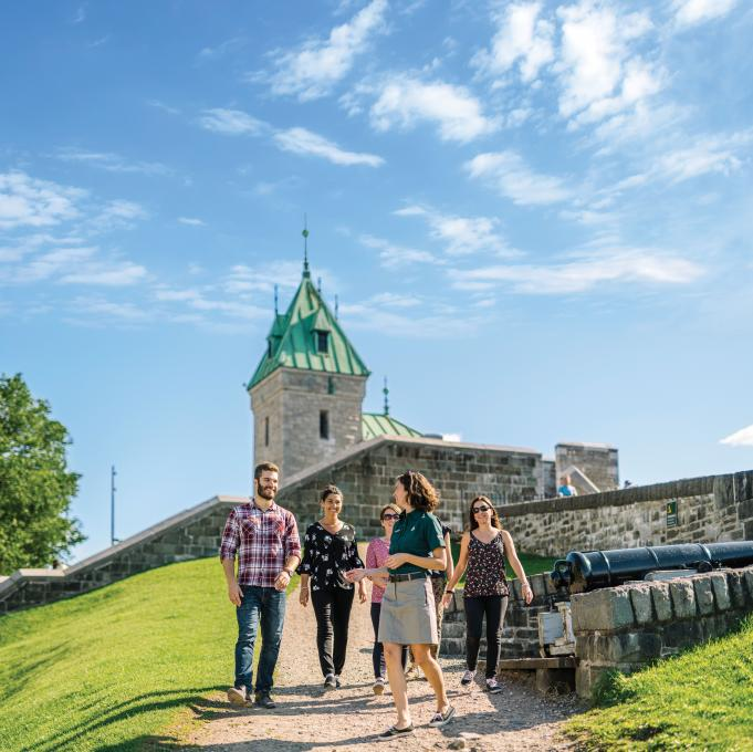 A group of people take part in the discovery tour at the Fortifications of Québec National Historic Site.