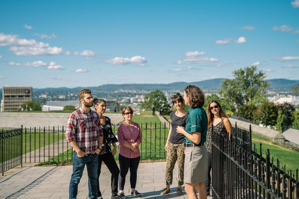 Visitors listen to a guide during a guided tour of the Fortifications of Québec National Historic Site.