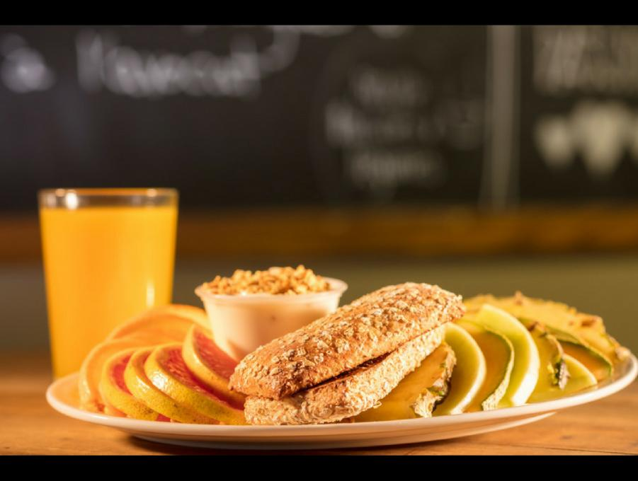 Bagel Maguire Café - healthy breakfast plate