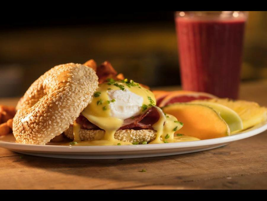 Bagel Maguire Café - egg benedict with ham