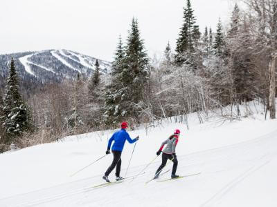 Couple en ski de fond au Mont-Sainte-Anne.