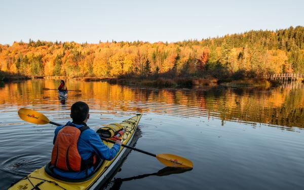 Couple kayaking in the fall season at the Marais du Nord