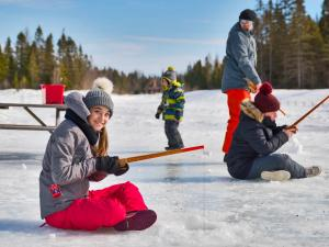 Au Chalet en Bois Rond - Children ice fishing
