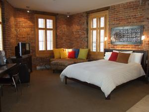 Auberge Le Vincent - room with 1 bed and brick walls