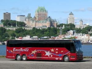 Autocar Excellence - Red coach with a view of Château Frontenac
