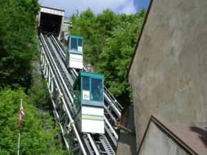 Ascent and descent of the Old Québec funicular in the Petit-Champlain district.