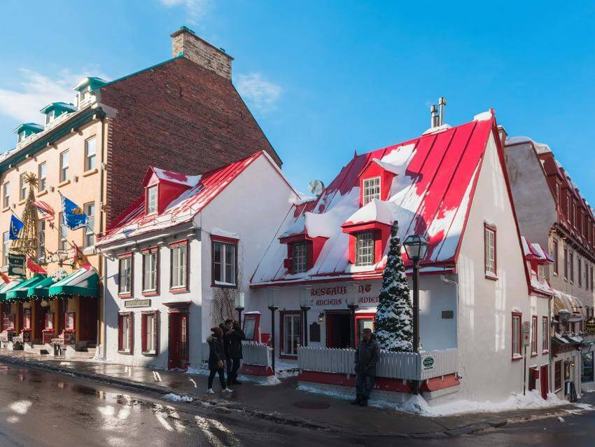 The exterior facade of the restaurant Les Anciens Canadiens, on rue Saint-Louis, in winter.