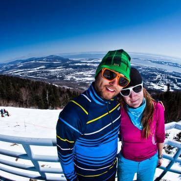 Couple au Mont-Sainte-Anne en ski de printemps